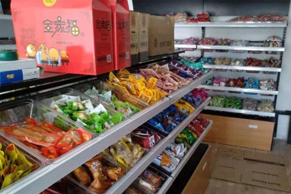1,以95平米的怡佳仁休闲食品店为例,设计装修费用大约为7万元.